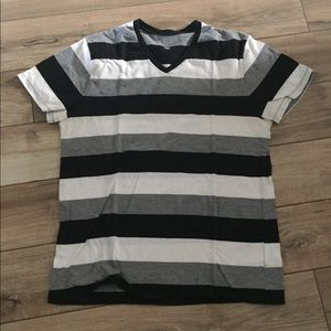 Old Navy T-shirt – V-neck